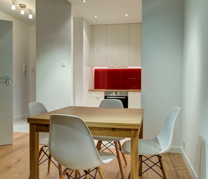 Kącik kuchenny umieszczony w otwartej przestrzeni pomiędzy kuchnią a salonem.