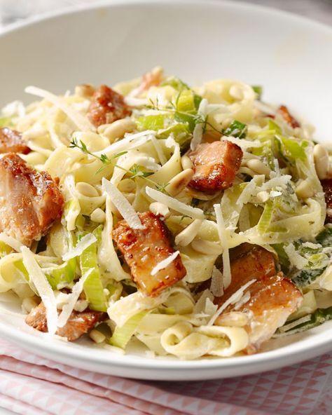 Deze tagliatelle doet wat denken aan een pasta carbonara, maar er komen nog lekkere gestoofde prei en crunchy pijnboompitjes bij, lekker!