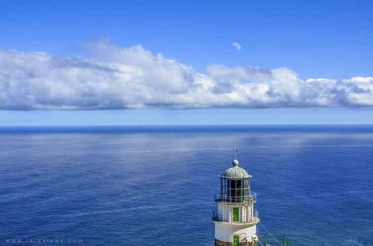El faro de Anaga. Está ubicado en uno de los lugares más abruptos y aislados de la isla de Tenerife, sobre la punta del Roque Bermejo, a una altura de 238 msnm. El acceso al faro es posible por tierra, a través de varios kilómetros de sendero montañoso… totalmente recomendable :-D