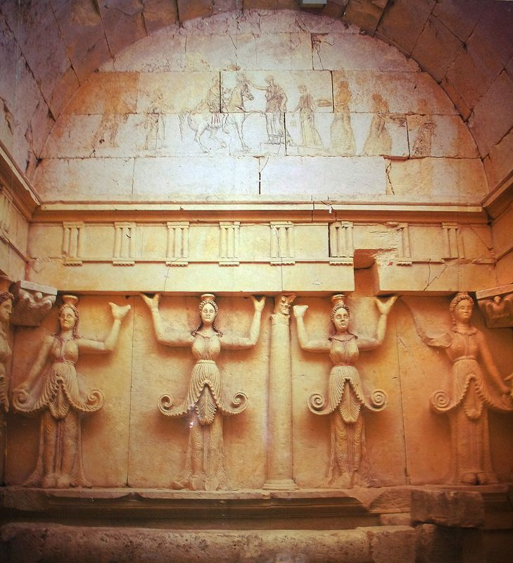 Под влиянием греческой культуры изменился облик скифской змееногой богини земли Апи.  Во Фракии в мавзолее кургана Свиштари богиня Апи предстаёт в элегантном греческом платье, края которого волнами поддёрнуты кверху и уж нет никаких голов змей и грифонов.  Богиня Апи изображена с поднятыми руками, как богиня земли Табити, встречающая души, вернувшиеся домой, после долгого скитания на земле.
