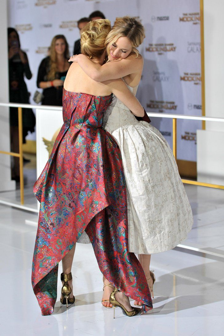 Pin for Later: Joyeux National Hugging Day! Jennifer Lawrence et Elizabeth Banks