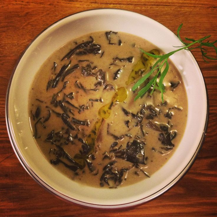 Kulinaari: Metsäisen mehevä mustatorvisienikeitto