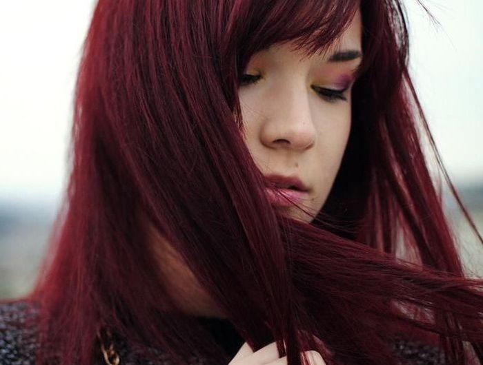 teinture rouge bordeaux, cheveux raids et longs, rouge à lèvres rose, coiffure avec frange du côté, coloration rouge