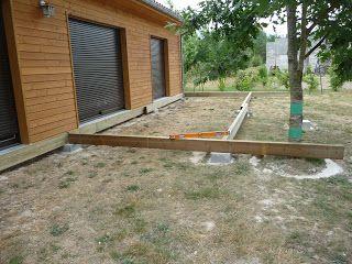Une fois que les plots béton ont été coulés, qu'ils sont de niveaux et qu'ils ont séchés (au moins 1 semaine), il faut préparer la pose de la structure porteuse en poutres (solivage). Tout d'abord, quelques poutres ont été posées sur les plots bétons...