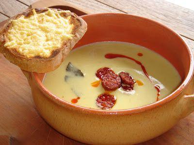 Nem vagyok mesterszakács: Zöldséges-fokhagymás savanyú krumplikrémleves kolbásszal, sajtos pirítóssal