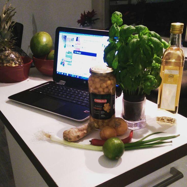 Baljväxt-måndag   Idag testar jag en soppa som jag hittade på matklubben.se Kikärtssoppa med ingefära och limebasilika. Mycket enkelt 👍 o jättesmaskens 😋 #kikärtor #ingefära #lime #baljväxter #basilika