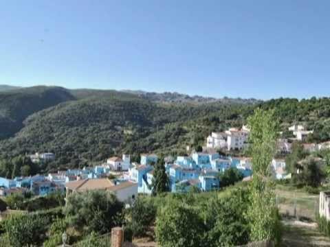 Juzcar, pueblo de España y pueblo pitufo, como se puede ver en el vídeo.