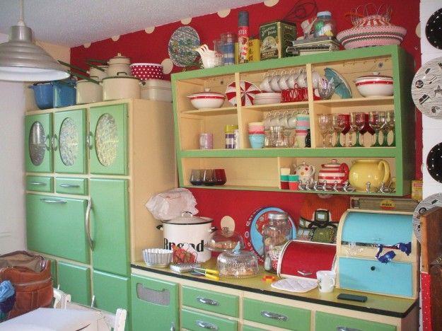 Cucina in legno Anni '50 - Ante verdi e maniglie in metallo satinato per questa cucina vintage Anni '50