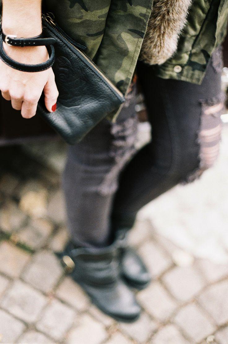 Tenue rock pour aller avec Maggie Rose : jean troué, veste militaire, bottine noire. #mamanetrose #pochette #clutch #handbag #cuir #leather #black #noir #rock #outfit   www.mamanetrose.com
