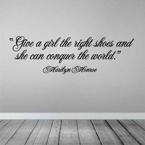 """Citation inspirante de Marilyn Monroe """"Donnez à une fille les bons souliers et elle pourra conquérir le monde."""" Autocollant mural par McZooV Inspiring quote by Marilyn Monroe Vinyl wall sticker by McZooV"""