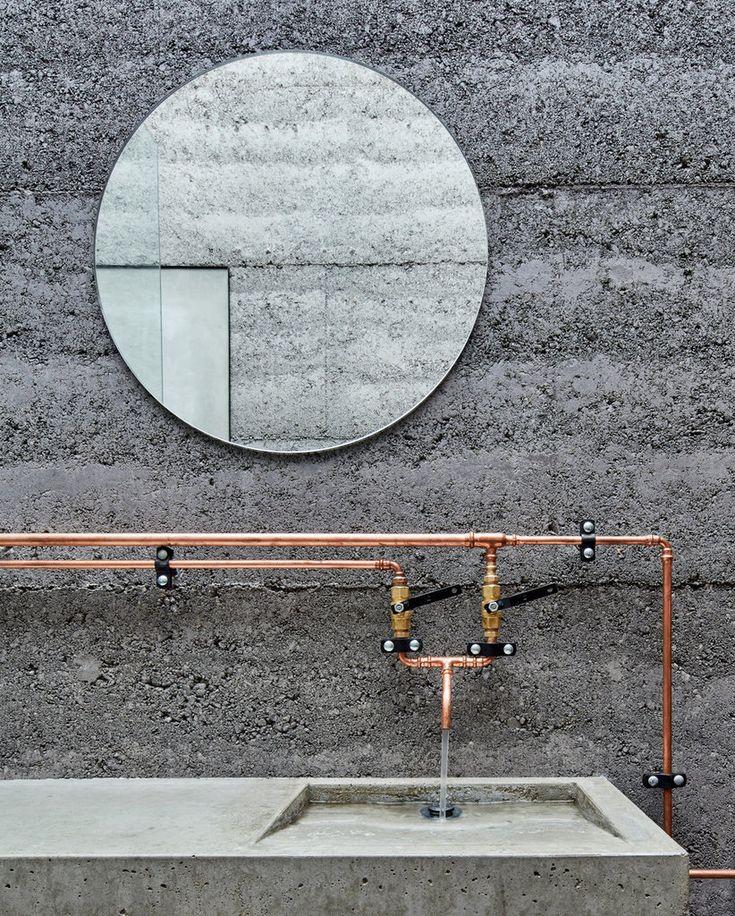 Медные трубы в стиле лофт хорошо смотрятся на фоне бетона в ванной.  (современный,минимализм,архитектура,дизайн,экстерьер,интерьер,дизайн интерьера,мебель,маленький дом,ванна,санузел,душ,туалет,дизайн ванной,интерьер ванной,сантехника,кафель) .