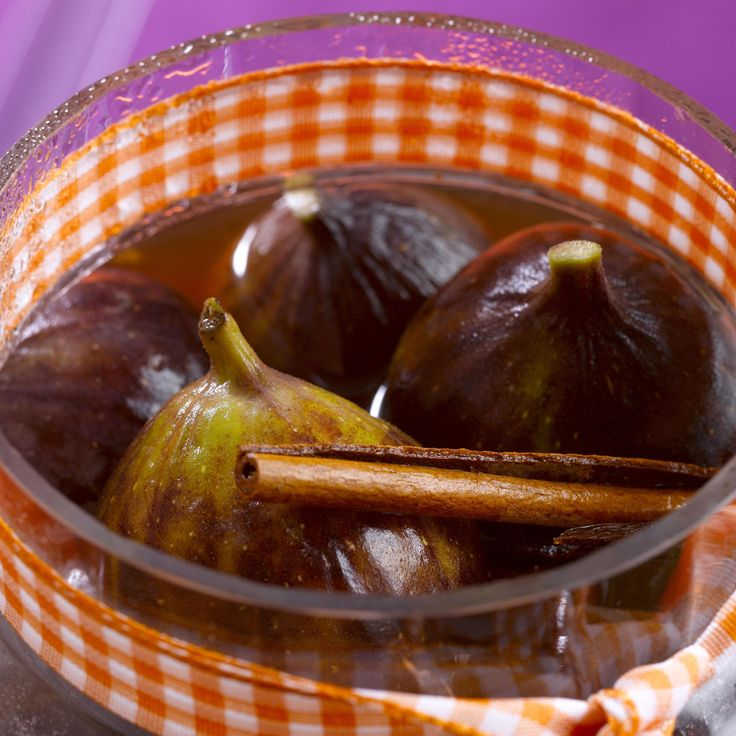 Découvrez la recette Figues pochées au sauternes et aux épices sur cuisineactuelle.fr.