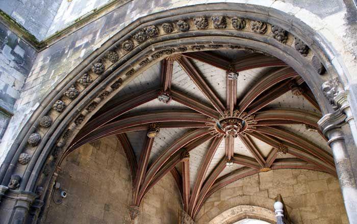 Het plafond van de Christ Church Gate Canterbury. Het stenen gewelf bevat de naven van de prior Goldwell en die van de aartsbisschop van York.