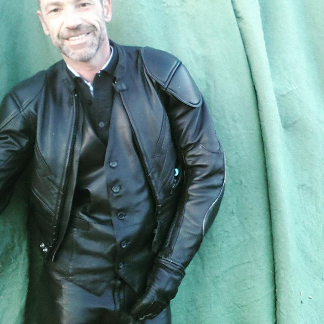 Shiny leather and rubber #Anzug #Dreiteiler #Weste #einreiher #dressman #elegance #rubber #rubberwear #rubberpants #rubbermen #Latexhose #gummi #Latex #fetishmodel #gay #gaymen #gaycouples #Männerliebe #success #suit #men #Männer #motivation #businessman #fashion #lederhose #Leder #leatherpants #leathermen #businesssuit