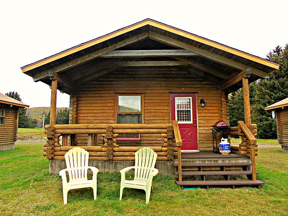 Cajun Cedar Log Cottages: Rustic northern log cottages right on the Cabot Trail.