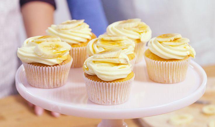 Challenge - Zondagbakdag.nl Ingrediënten: 1 pak Dr. Oetker Basismix voor Cupcakes naturel 100 g margarine of roomboter 100 ml melk 2 eieren Voor de cheesecake topping (voor 6 royale toppings): 1 zakje Dr. Oetker Glazuur Wit 200 g MonChou® zacht & luchtig 50 g roomboter (zachte) 1/2 theelepel Dr. Oetker Vanille Aroma Voor decoratie: 50 ml Karamelsaus (bijv. Confilux Dessertsaus Karamel of Van Gilse Karamel Schenkstroop) 1-2 bananen