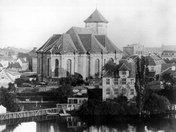 Die Einweihung der Burgkirche erfolgte durch König Friedrich I. am 23. Januar 1701. Die Kirche ist schlicht gehalten, was der pietistischen Gesinnung seiner Gemeinde entspricht.. Ansichtskarte ca. 1910.