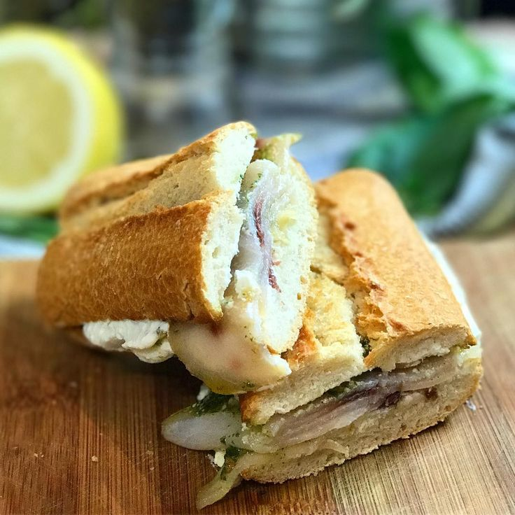 È ora di pranzo, che ne dite del panino del marinaio? Se volete scoprire la ricetta guardate le nostre stories 🐟😍😋 #panino #chefincamicia #noifacciamocosi #food #foodie #foodgram #foodporn #pescespada #delizioso #italianchef
