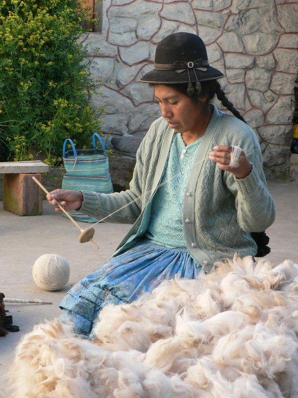 Pérou - Lac Titicaca - filage de la laine d'alpaga