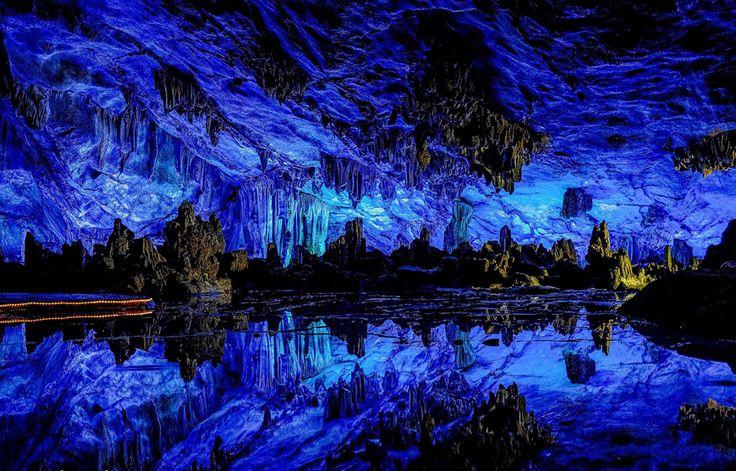 La Grotta Reed Flute di Guangxi in Cina è una meta turistica da almeno 1200 anni. Lo spettacolo offerto dalle innumerevoli stalattiti e stalagmiti è unico. Il nome deriva dalle canne che crescono all'ingresso della grotta che possono essere trasformate in flauti.