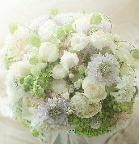 先日のHANZOYAの花嫁様が、あのお色直しの前、 挙式に持ってくださった白ブーケ。   ご両家それぞれのお母様にひとつずつ差し上げたい、 ...