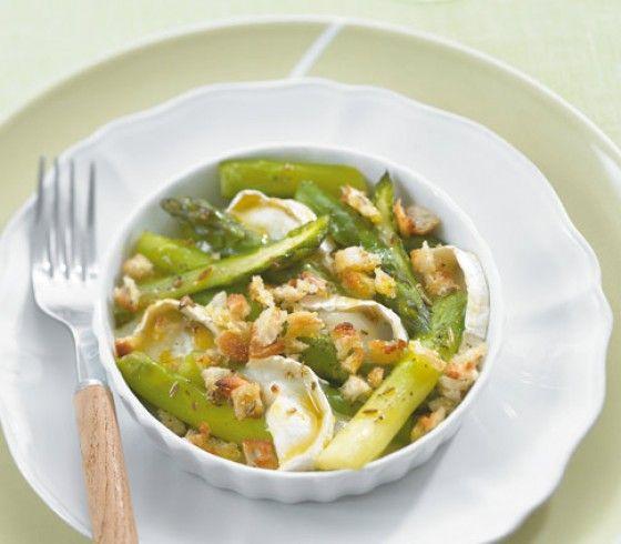 Grüner Spargel und Ziegenkäse passen hervorragend zusammen und gemeinsam mit Fenchelbröseln ergeben sie eine köstliche Vorspeise.