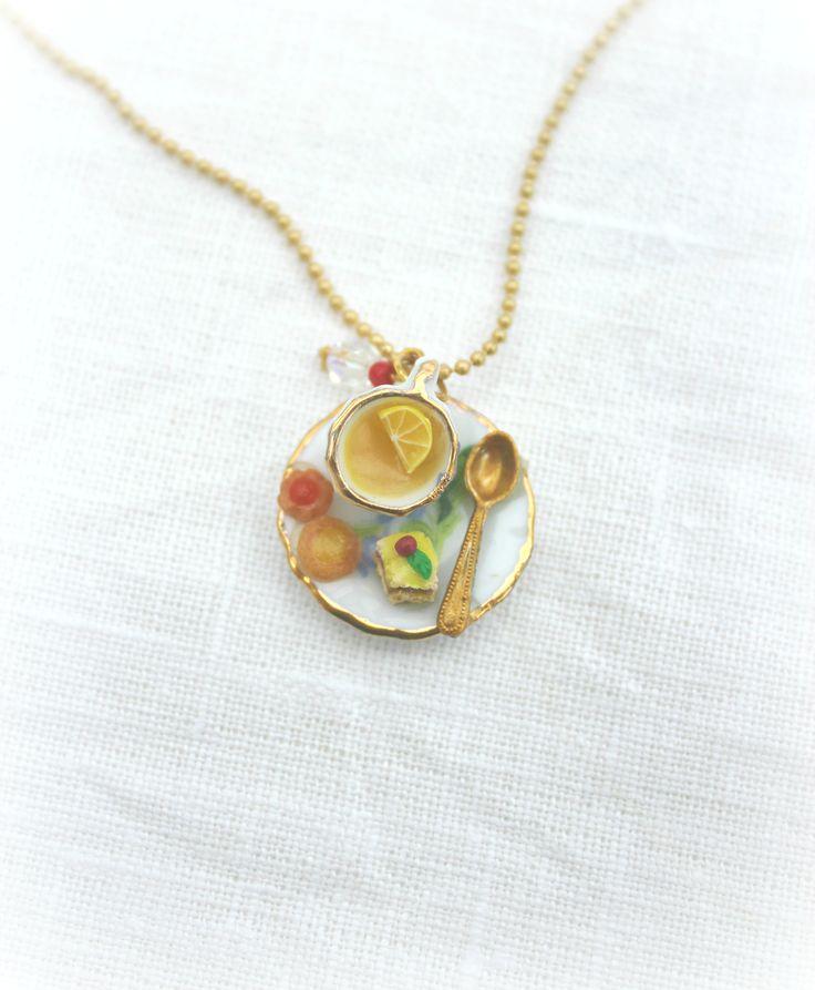 Colgante dorado Merienda primaveral #handmade #fimo #colgant #jewellery #tea