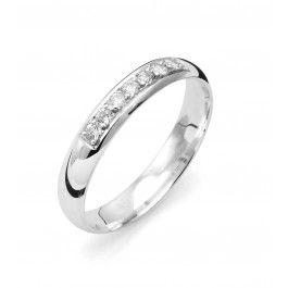 Traditionell förlovningsring/vigselring i 18k vitguld från Flemming Uziel i serien Signo. Ringen har sju stycken diamanter infattade på totalt 0,14ct Wesselton SI. Ringen är 3,5mm bred och 1,2mm hög. Välj Colorful Love, en 0,01ct färgad diamant som infattas tillsammans med ringarna inskription (på insidan).