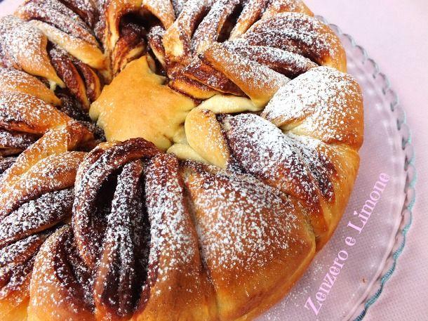 La torta fiorita è una morbidissima torta di pan brioche che viene tagliata in modo tale da creare un fiore. Può essere farcita con nutella o marmellata