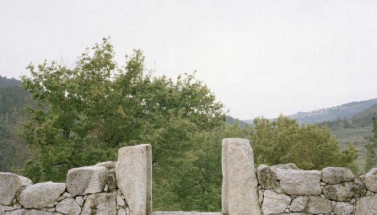 """La """"ruina"""" como elemento arquitectónico tiene un valor ornamental muy elevado. Gracias a los descubrimientos arqueológicos del siglo XVIII, durante ese siglo y el siguiente,  se puso muy de moda tener un elemento ruinoso como decoración en los jardines de la alta aristocracia. La llegada del Neoclasicismo y de las nuevas corrientes paisajísticas que provenían de Inglaterra contribuyeron a que este concepto ganara terreno dentro del ámbito artístico de la época."""