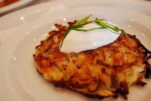 Les hash browns sont de délicieuses galettes de pomme de terre frites. Elles accompagnent les petit déjeuner ou les brunchs parfaitement à faible coût.