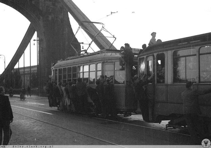 Mkną po szynach niebieskie tramwaje... Tym razem przez most Grunwaldzki - powrót ze Stadionu Olimpijskiego (z wyścigów na żużlu) Rok 1952