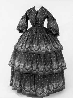 (ca. 1856)   Coton blanc, imprimé de motifs découpés pourpres.