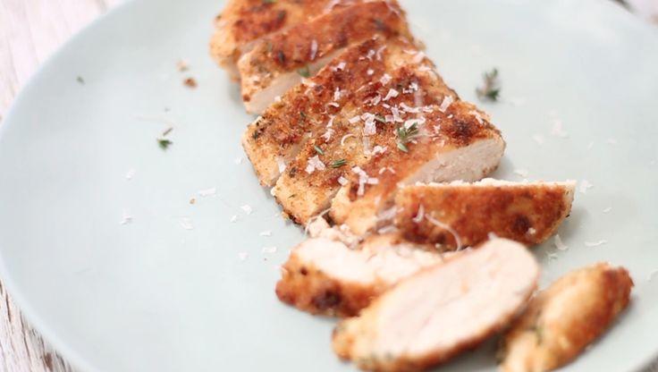Deze heerlijk gebakken kip is een soort kipschnitzel (zonder ei) met een super krokant korstje van knoflook & kaas. Kids zijn ook weg van dit familierecept www.madebyellen.com