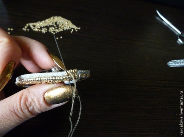 Сегодня я покажу, как сделать вышитую бисером брошку. Она достаточно крупная, чтобы быть заметной, но при этом совершенно не громоздкая! На ее создание меня вдохновил жемчуг, к которому я, с недавних пор, испытываю искреннюю любовь. Итак, без лишних слов, приступим! Нам понадобится Плюс к этому - кусочек натуральной кожи, ножницы, клей момент-кристалл, картонка для подложки, фетр за основу, толщиной 1мм. Поехали! 1.