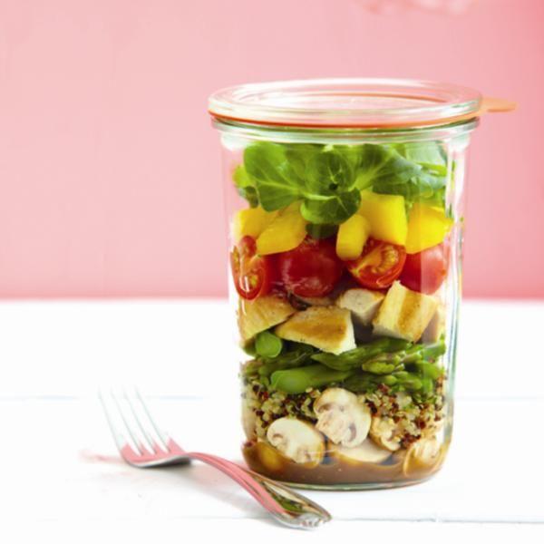 Adieu lunch monotone! On monte une salade étagée aux couleurs, textures et saveurs variées. La vinaigrette s'ajoutera peu de temps avant le repas pour parfumer l'ensemble sans tout détremper.