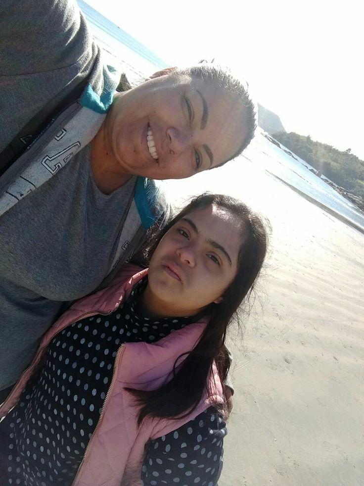 Leidy e sua linda filha Alana caminhando na praia - 22/Ago/2017
