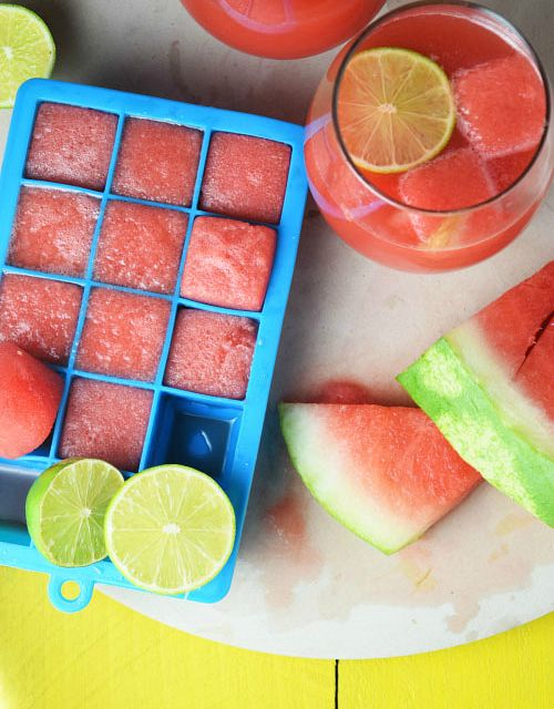 Watermelon Vodka Limeade with watermelon ice cubes| http://www.naivecookcooks.com