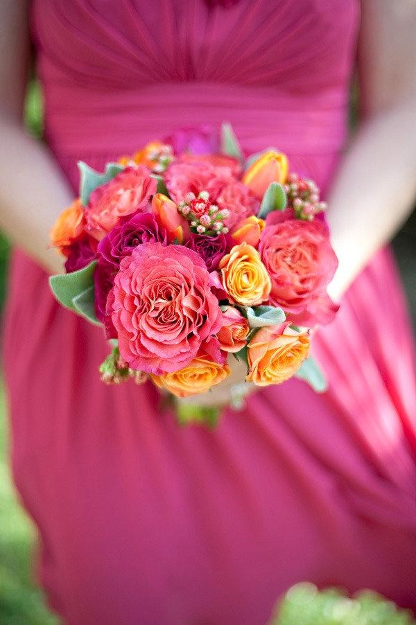 Explosion de couleurs... bouquet (roses) de demoiselle d'honneur et robe fuchsia.
