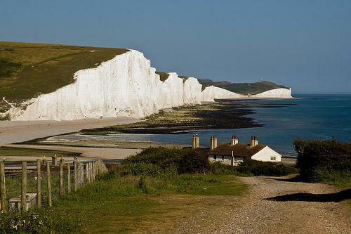 Desde la costa de Francia, en el estrecho de Dover, se puede observar una gigantesca muralla blanca sobre la costa enfrentada de Inglaterra. Son los Acantilados Blancos de Dover (White Cliffs of Dover), una curiosa formación geológica compuesta de tiza que alcanza hasta 106 metros de altura: