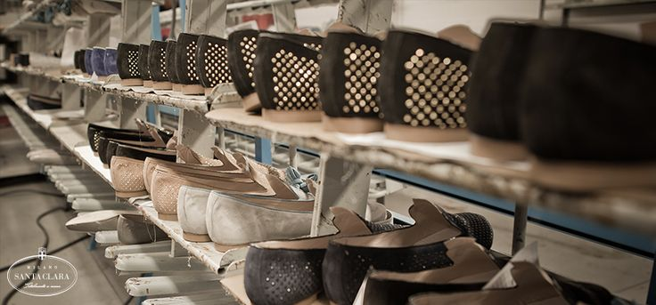 Tutta la produzione Santa Clara è realizzata con materie prime di qualità in un calzaturificio artigianale di antica tradizione localizzato in uno dei principali distretti calzaturieri del Nord Italia.  www.santaclaramilano.com