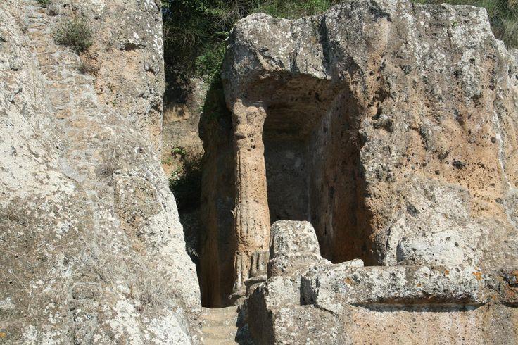 Parco Archeologico Città del Tufo Le Necropoli Etrusche di Sovana sono un eccezionale patrimonio lasciatoci dal popolo Etrusco. Una moltitudine di tombe, dalle più semplici a veri e propri monumenti scavati nel tufo, risalenti al periodo tra il VII° ed il I° secolo a. C.