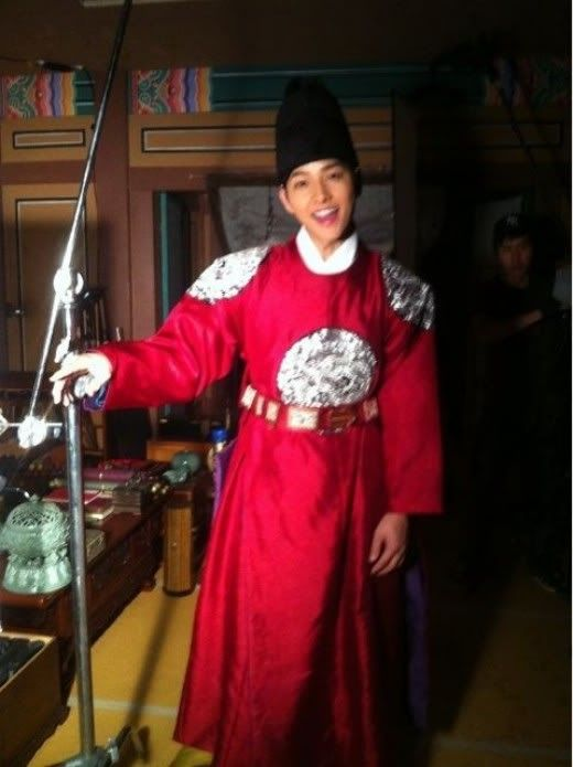 First look at Song Joong-ki in character as Se-jong the Great! With his newest role, he goes from Joseon-era pretty boy (Sungkyunkwan Scandal) to Joseon-era royalty.  Song is playing the younger version of the famous king in Tree With Deep Roots, the anticipated sageuk drama from the Queen Seon-deok writers that also stars Jang Hyuk, Han Seok-kyu, and Shin Se-kyung.  Song recently tweeted this photo of himself in sageuk garb, taken from the drama's set. Well, aegyo king is ...