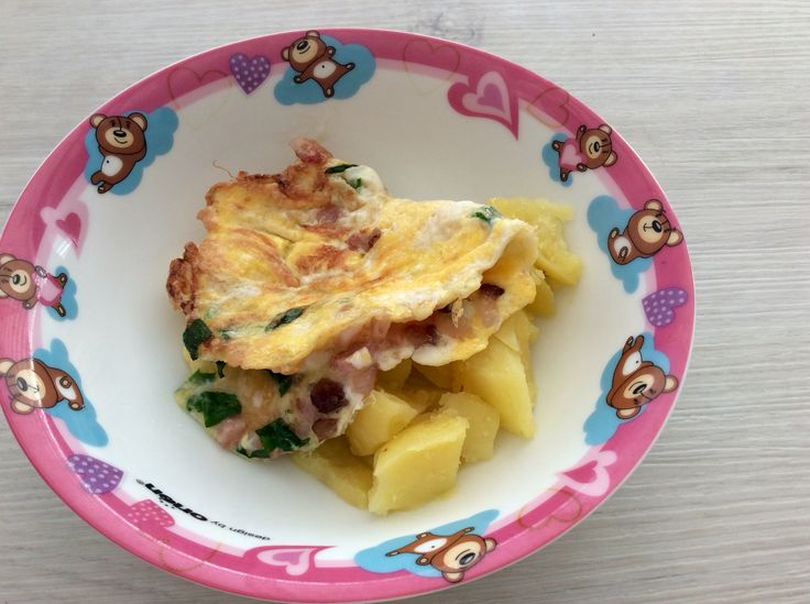 Vaječná omeleta se slaninou a medvědím česnekem, brambory