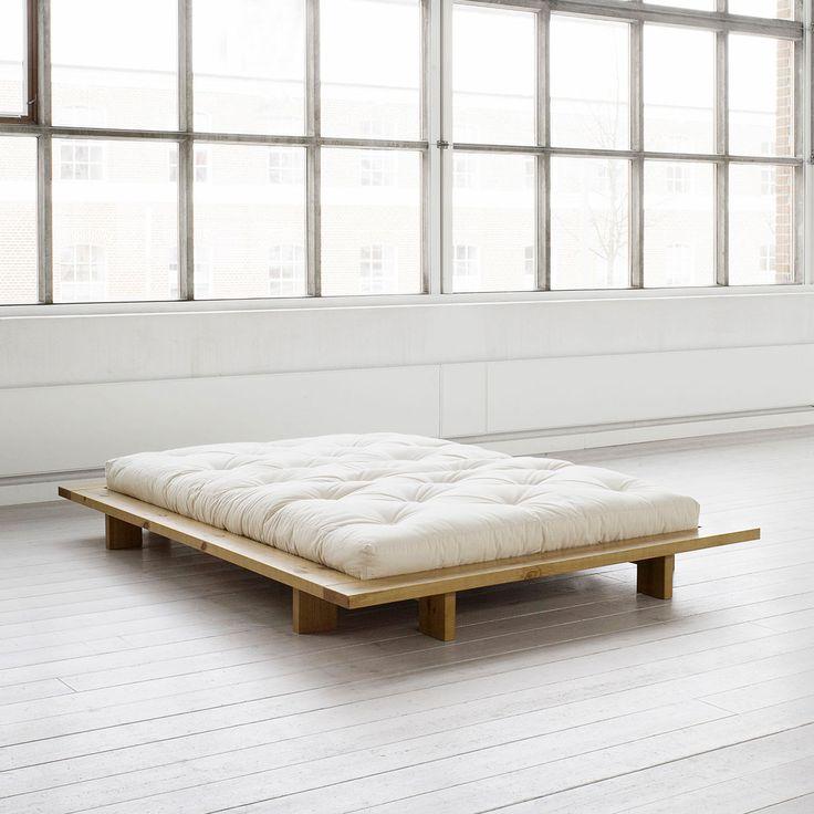Particolare letto matrimoniale dalle linee geometriche originali, è stato concepito da Karup e fa parte della collezione Japan.Il solido legno d'abete norvegese e un comodissimo materasso futon ne definiscono lo stile minimale. Struttura a doghe inclusa.