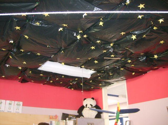 Ruimte - vuilniszakken met papieren sterren erop aan het plafond! Donkere ruimte + ruimtemuziek = leuke entree!!   Space / garbagebag with paper stars