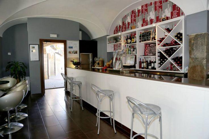 Este es otro de los espacios de DROPO, un ambiente más informal para tomar una copa o degustar alguna tapa.