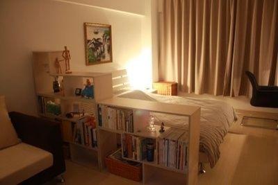 침실과 나머지공간에 책장을 파티션으로 이용함으로써 공간분리를 통한 아늑함을 연출.