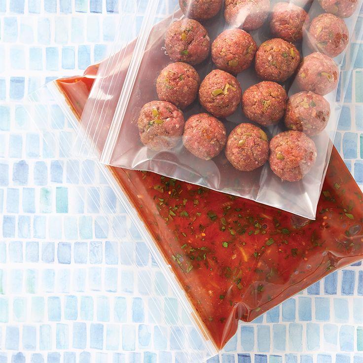 Recette de boulettes de boeuf aux olives et aux épices à la mijoteuse—Cette recette peut se congeler avant cuisson dans des sacs hermétiques. Ainsi, le jour où le temps nous manque, on décongèle et hop, dans la mijoteuse! C'est la méthode du prep-freeze-cook.