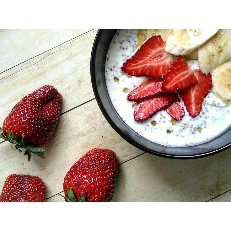 51 отметок «Нравится», 3 комментариев — СЕМЬЯ ❤ ДЕТИ  РЕЦЕПТЫ  (@nadyachizhova) в Instagram: «Доброго утра  У меня #ппзавтрак . ⚪Натуральный йогурт  ⚪Немного семян чиа ▪▪▪ ⚪Клубника  ⚪Банан…»